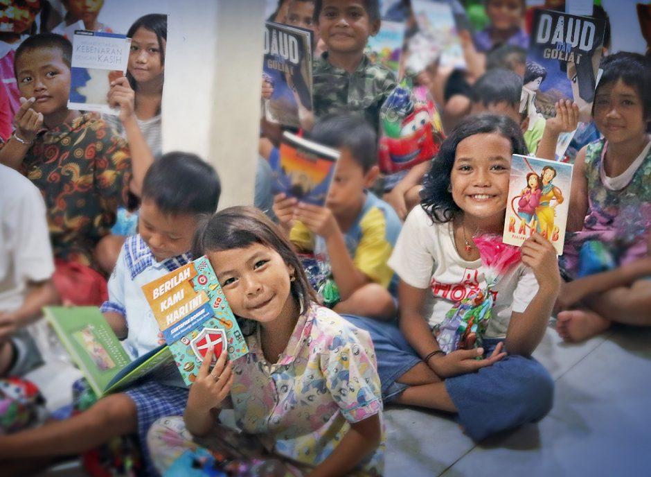 Espalhando livros pela Indonésia!